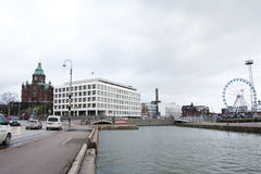 赫尔辛基,芬兰- 2015年12月21日:正统大教堂和弗累斯大转轮赫尔辛基港口 免版税图库摄影