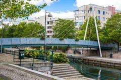 赫尔辛基,芬兰- 2016年6月12日:步行者缆绳停留了bridg 免版税图库摄影