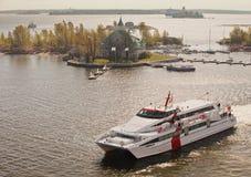 赫尔辛基,芬兰- 2012年5月19日:爱沙尼亚语速度小船琳达线Karolin在赫尔辛基中水域来自Talli 免版税库存图片