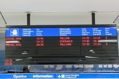 赫尔辛基,芬兰- 10月27 :轮渡日程表在轮渡公司北欧海盗线的大厦erminal设施的在恶劣环境测井的 免版税库存照片