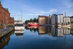 赫尔辛基,芬兰 老在码头的灯塔船Relandersgrund (1888)和游艇在老镇 库存图片