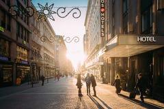 赫尔辛基,芬兰 走在Kluuvikatu街上的人们在冬天 库存照片