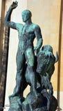 赫拉克勒斯和水牛公牛古铜色雕象  库存照片