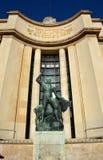 赫拉克勒斯和水牛公牛古铜色雕象  库存图片