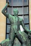 赫拉克勒斯和水牛公牛古铜色雕象  免版税库存照片