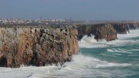 赫拉克勒斯在风暴挥动在萨格里什 algarve海滩bispo肋前缘执行murra o葡萄牙vicentina维拉 股票录像