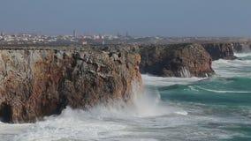 赫拉克勒斯在风暴挥动在萨格里什 algarve海滩bispo肋前缘执行murra o葡萄牙vicentina维拉 股票视频