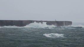 赫拉克勒斯在风暴挥动在萨格里什 algarve海滩bispo肋前缘执行murra o葡萄牙vicentina维拉 影视素材