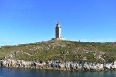 赫拉克勒斯塔 罗马灯塔在使用中 公园公共 峭壁、小山和水 晴天,蓝天 La拉科鲁尼亚队,西班牙 免版税库存图片