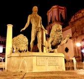 赫拉克勒斯夜间雕象和在广场del索乔尔罗的两头狮子在朗达,安达卢西亚,西班牙 免版税库存图片