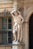 赫拉克勒斯雕象在入口的对Palazzo Vescovil,曼托瓦, Ital 免版税库存图片