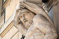 赫拉克勒斯雕象在入口的对Palazzo Vescovil,曼托瓦, Ital 库存图片
