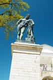 赫拉克勒斯雕象在公园 免版税库存图片