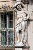赫拉克勒斯雕象在Palazzo Vescovile的 库存照片