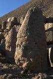 赫拉克勒斯雕象由在西部平台的黄昏太阳点燃在Mt内姆鲁特火山在土耳其 免版税库存图片