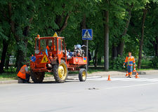 赫梅利尼茨基,乌克兰, 26可以2016年:恢复路标记的工作者 库存图片