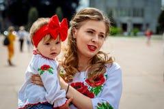 赫梅利尼茨基,乌克兰- 2018年5月17日 有一个小孩子的一个女孩我 免版税库存图片