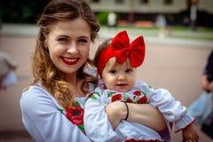 赫梅利尼茨基,乌克兰- 2018年5月17日 有一个小孩子的一个女孩我 图库摄影