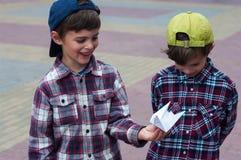 赫梅利尼茨基,乌克兰- 2017年7月29日:男孩举行一origami pigeo 免版税库存图片