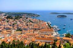 赫瓦尔岛和港口从西班牙堡垒在克罗地亚 免版税库存照片