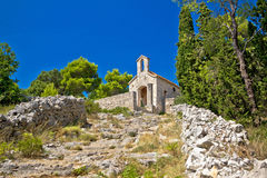 赫瓦尔岛小山的老石教堂  库存照片