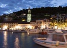 赫瓦尔岛小游艇船坞,克罗地亚在晚上照亮了 库存图片