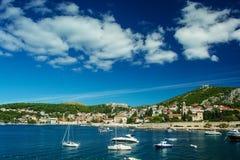 赫瓦尔岛市看法有游艇和小船的在克罗地亚 库存图片