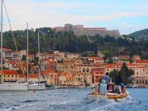 赫瓦尔岛港口风景,克罗地亚 免版税库存图片