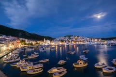 赫瓦尔岛镇口岸在晚上 免版税库存图片