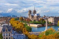 赭色河和Notre Dame大教堂在巴黎 免版税库存图片