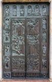 赭色, TUSCANY/ITALY - 5月18日:对赭色大教堂的门在西埃 图库摄影