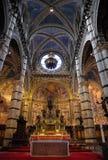 赭色, TUSCANY/ITALY - 5月18日:赭色中央寺院内部看法( 库存图片