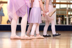 走与一个女孩的一点的创造性的芭蕾关闭踢脚出界 免版税库存照片
