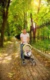 走与一个小孩子的年轻父亲 图库摄影