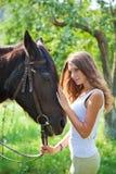 有马的女孩。 库存照片