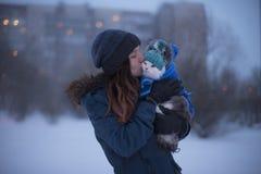 走与一只猫的女孩在冬天 库存图片