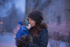 走与一只猫的女孩在冬天 免版税库存照片