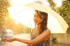 走与伞的亚裔妇女 免版税图库摄影
