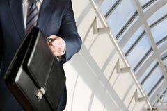 走与公文包的商人 免版税库存图片