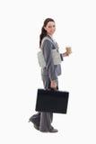 走与公文包的女实业家 免版税库存图片