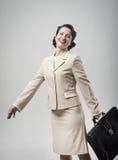走与公文包的快乐的葡萄酒妇女 免版税库存图片