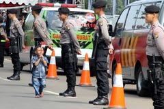 走与印度尼西亚旗子的孩子 库存图片