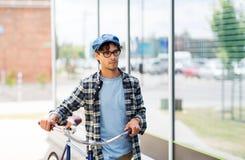 走与固定的齿轮自行车的行家人 库存图片