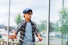 走与固定的齿轮自行车的行家人 库存照片