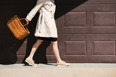 走与在街道的购物带来的女孩 免版税库存照片