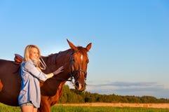 走与在领域的一匹马的女孩 库存照片