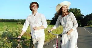 走与在领域路的自行车的夫妇 股票录像