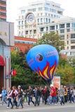 走与大气球的学生 库存图片