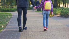 走与女儿的父亲到学校,藏品手,关心对儿童安全 股票录像