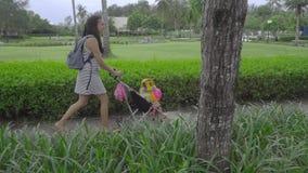 走与孩子的妇女在旅馆公园  影视素材